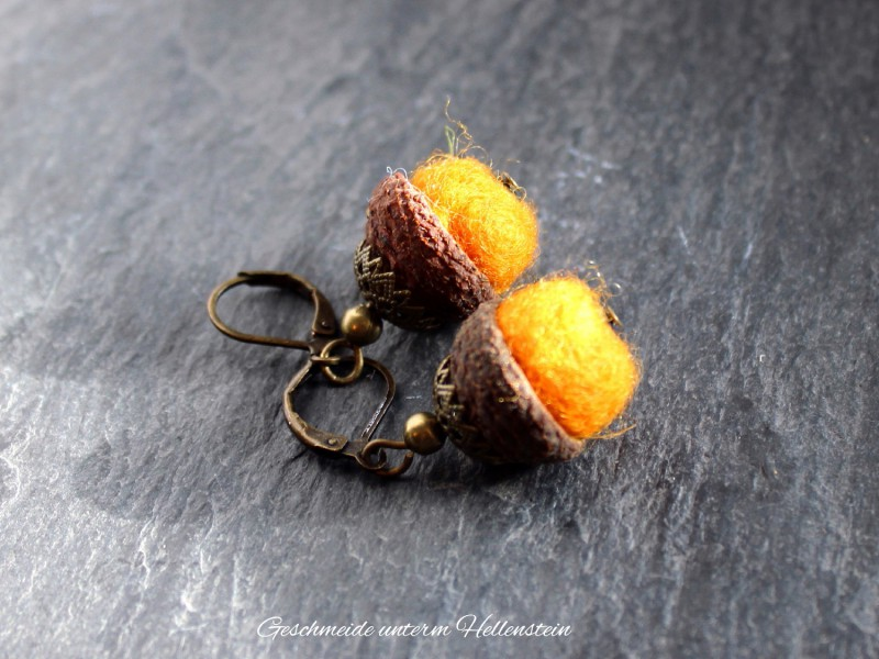 Ohrringe Filzperle orange Eichelkappe bronze Naturschmuck